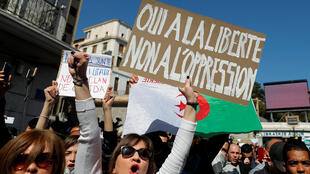 阿爾及爾街頭,民眾高舉要自由不要壓迫的橫幅,抗議總統戀棧權位。