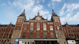 O ataque aconteceu na estação central de trens de Amsterdã, onde passam diariamente 250 mil pessoas