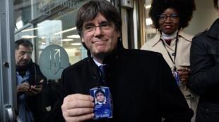 L'ancien leader catalan Carles Puigdemont montre son badge temporaire lui accordant l'entrée au Parlement européen, à Bruxelles, le 20 décembre 2019.