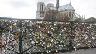 A prefeitura de Paris está fazendo uma campanha para o uso de 'selfies' no lugar dos cadeados que ameaçam a estrutura das pontes da capital francesa.