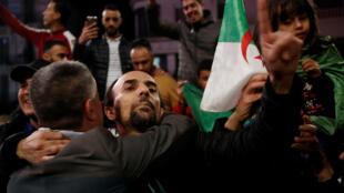 Люди на площади в городе Алжире празднуют отставку президента Бутефлики. 02.04.2019