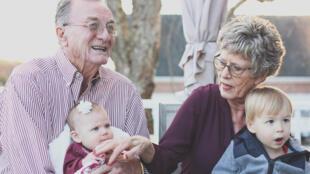 Accents d'Europe : Santé espérance de vie personnes âgées grands parents bébés, petits enfants retraite