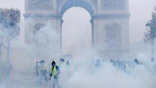 12月1日,黃背心與警方在巴黎凱旋門對峙,警方釋放催淚彈。