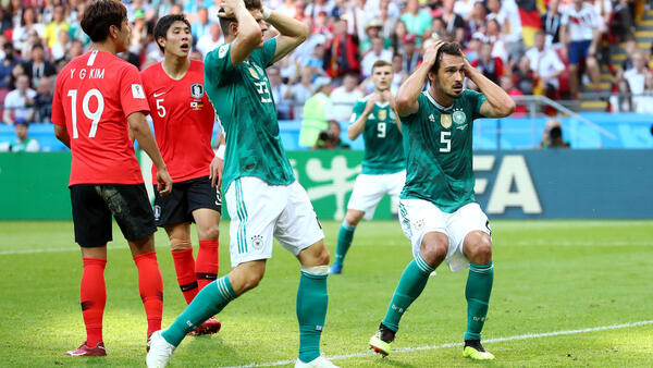 Alemanha (de uniforme verde) é eliminada da Copa da Rússia após derrota para Coreia do Sul em 27 de junho de 2018.