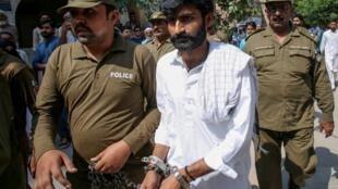 Le frère de Qandeel Baloch, Muhammad Waseem, à sa sortie du tribunal de Multan, le 27 septembre 2019.