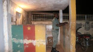Un agent des forces de sécurité camerounaises monte la garde à la prison de Yaoundé, le 1er septembre 2017.