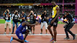 Sau khi về đích đầu tiên ở cự ly 100 m hôm 05/08/2017 tại Luân Đôn, vận động viên Mỹ Justin Gatlin (T) quỳ gối bày tỏ ngưỡng mộ trước Usain Bolt