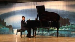 O pianista Pablo Rossi durante uma apresentação no National Center for Performing Arts de Pequim.