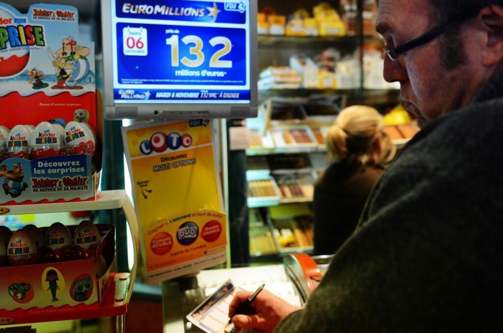 Подавляющее большинство французов (78,5) % отдает предпочтение лотереям. Их можно купить почти на каждом углу.