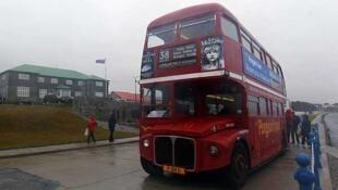 """Un autobús """"double decker"""" en el Puerto de Stanley, el 15 de marzo de 2012 en las Islas Malvinas."""