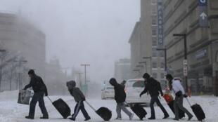 Một nhóm du khách bất ngờ trước thời tiết ở Boston - REUTERS /Brian Snyder