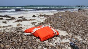 Colete salva-vidas encontrado na costa de Trípoli, em 4/6/16.
