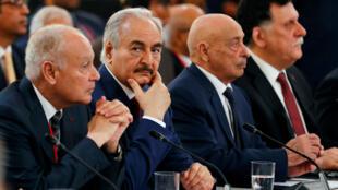 Sommet de Paris sur la crise libyenne le 29 mai 2018 au palais de l'Elysée: à la table des discussions Kalifa Haftar, Aguila Saleh Issa et Fayez al-Sarraj.