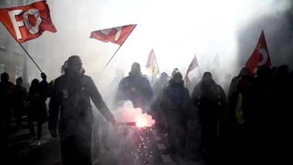 Sindicatos em Versalhes denunciam política francesa.