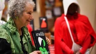 """Tác giả Margaret Atwood trong buổi ra mắt sách """"The Testaments"""" tại Luân Đôn 10/09/2019"""