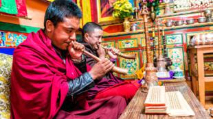 Cérémonie bouddhiste organisée par des moines dans le temple de Leh, dans la région du Ladakh, en Inde.