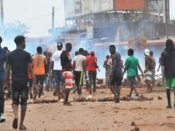 CELLOU BINANI / AFP |Révolte de jeunes dans les rues de Conakry, le 21 novembre 2017.