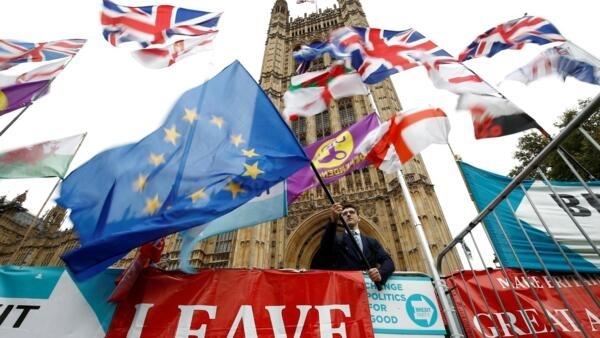 Bandeiras da campanha do Brexit diante do Parlamento britânico, em Londres, em outubro de 2019.