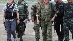 Ảnh minh họa : Tổng thống Philippines Rodrigo Duterte đến căn cứ quân sự tại Marawi. Ảnh ngày 20/07/2017.