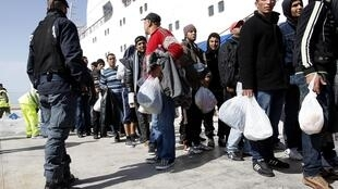 Refugiados desembarcam na ilha italiana de Lampedusa
