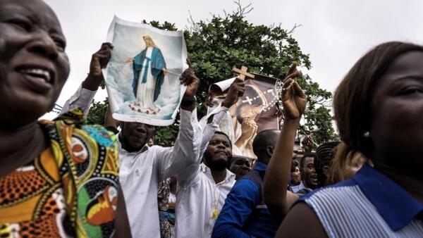 Fiéis católicos desfilaram nas ruas de Kinshasa a 31 de Dezembro 2017.