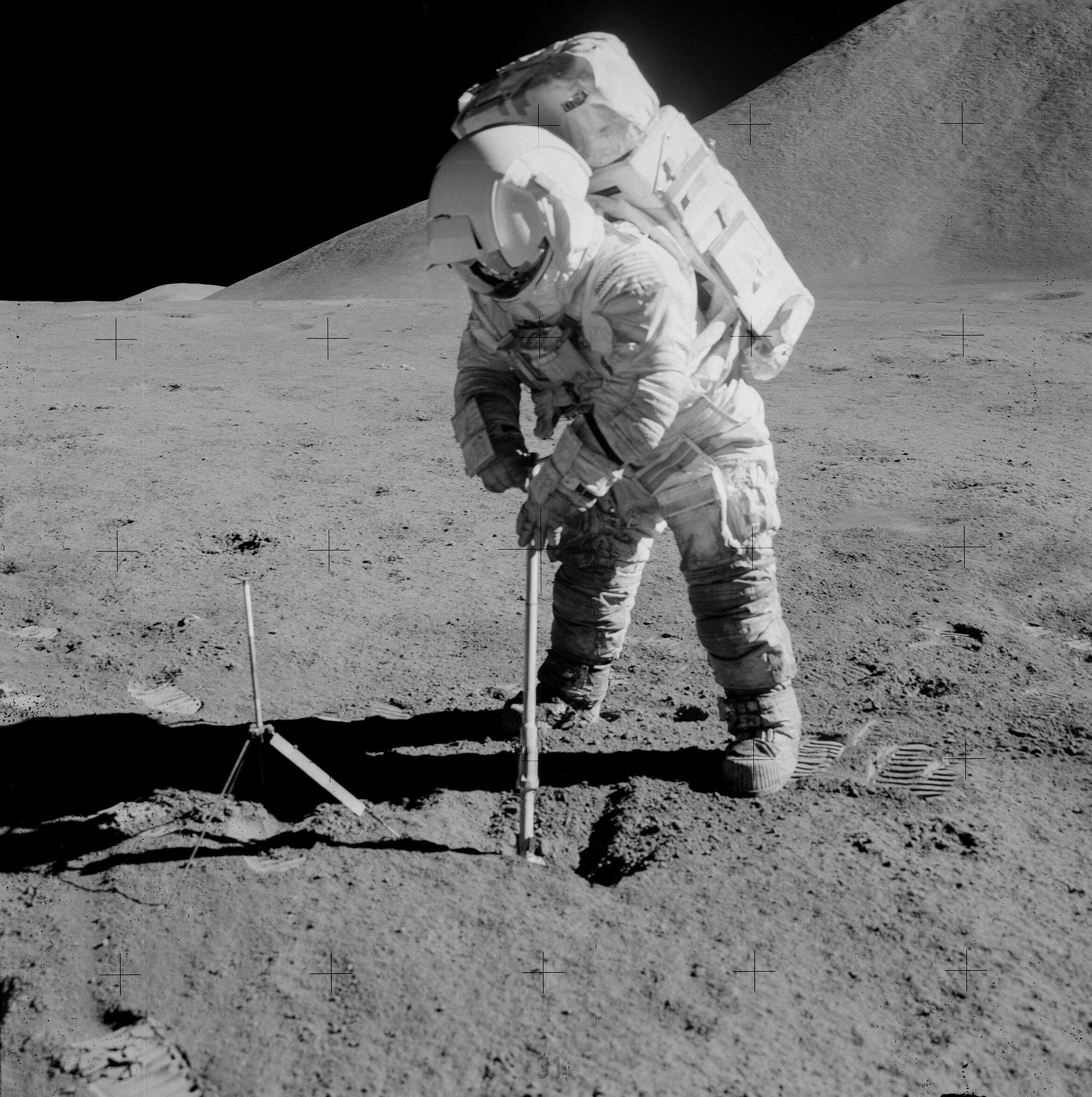 Les missions Apollo étaient aussi l'occasion de faire avancer la recherche scientifique sur la Lune. Jim Irwin ici creuse une trou pour récupérer des échantillons lunaires.