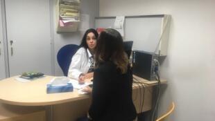 La doctora Sue Antunez durante una consulta en la Unidad Médico Judicial de Versalles. Octubre de 2017.