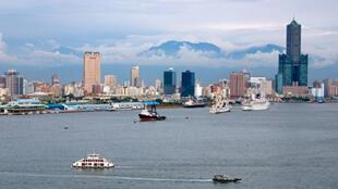 Thành phố Cao Hùng (Kaohsiung) nhìn từ biển vào.