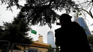 Un camarógrafo filma desde afuera del consulado de Arabia Saudita en Estambul. Turquía, 13 de octubre de 2018.