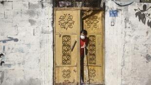 À Gaza, plus de 3 300 personnes sont actuellement en quarantaine mais dans des conditions difficiles.