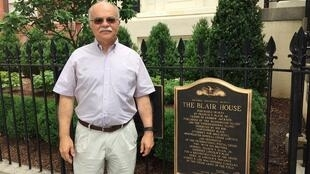 Paulo Sotero em frente à Blair House, onde a presidente Dilma vai ficar hospedada.