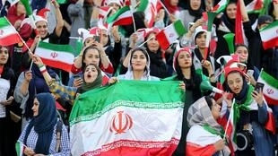زنان ایرانی پس از مبارزاتی که سالیان دراز طول کشید، سر انجام امروز توانستند برای دیدن بازی کامبوج و ایران پا به ورزشگاه آزادی تهران بگذارند.