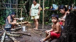 Indios tenharim se protegem em aldeia improvisada de ataques da população de Humaitá.