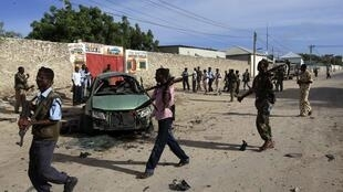 Somalia government soldiers secure the scene of an explosion in Somalia's capital Mogadishu, 1 May, 2012