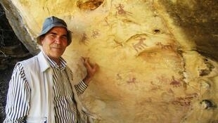 دکتر محمد ناصری فرد در کنار یکی از کشفیاتش: كوهدشت لرستان - قدمت ده تا دوازده هزار سال