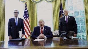 Tổng thống Mỹ Donald Trump cùng với phó tổng thống Mike Pence(P) và bộ trưởng Tài Chính Steven Mnuchin tại Nhà Trắng ngày 24/06/2019, trước khi ký sắc lệnh trừng phạt lãnh đạo tinh thần tối cao của Iran..