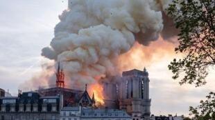 巴黎聖母院塔尖在熊熊烈火中倒塌           2019年4月15日