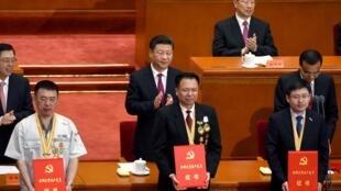 Chủ tịch Trung Quốc Tập Cận Bình (G) và các cán bộ được khen thưởng trong lễ kỷ niệm 95 năm thành lập Đảng Cộng sản Trung Quốc ngày 01/07/ 2016.