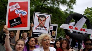 Turcos protestaram em frente à embaixada da Alemanha na Turquia, nesta sexta-feira (3).