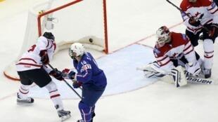 Фрагмент матча Канада-Франция, Да Коста забивает шайбу в ворота канадской сборной, 9 мая 2014 года