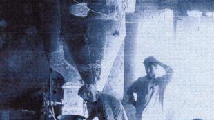 """""""Amianto Crisotila, perigoso para humanos, mortal para a Convenção de Roterdã"""", diz o cartaz com imagem de mina de extração da substância."""