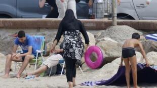 Le burkini, interdit par certaines municipalités des villes côtières françaises, a suscité une controverse dans le pays.