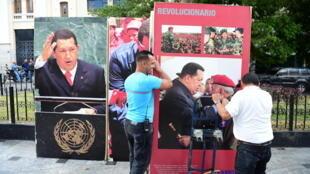 Les employés de l'Assemblée nationale retirent de l'édifice les photos de Hugo Chavez. L'opposition a décroché les portraits de l'ex-Président du Parlement, le 6 janvier 2016.
