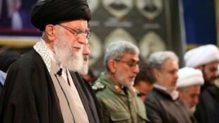 ប្រមុខសាសនាអ៊ីរ៉ង់លោក Ali Khamenei (រូបឆ្វេង) នៅក្នងពិធីបុណ្យសពឧត្តមសេនីយកាសឹម សូឡីម៉ានី ថ្ងៃទី៦ មករា ២០២០