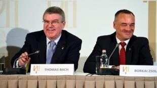 O presidente do Comitê Olímpico Internacional (COI), Thomas Bach (esquerda), da Alemanha, e Zsolt Borkai (direita), presidente do Comitê Olímpico Húngaro, dão uma coletiva de imprensa em Budapeste no dia 15 de dezembro de 2015