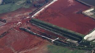"""Общий вид разрушений стены резервуара красного шлама завода """"Мал"""""""