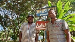 Ancion (d) et Marc Henry (g) dans la cour de Artist Institut à Jacmel.