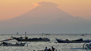 Вулкан Агунг на Бали, из-за которого эвакуируются десятки тысяч местных жителей и туристов, 21 сентября 2017 года.