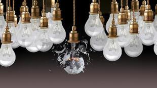 En 1924 fabricantes de bombillas reunidos en el llamado cártel Phoebus,  acordaron secretamente reducir la duración de vida de sus bombillas. De 2,500 horas a mil horas.