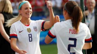 Futebol - Copa do Mundo Feminina - oitavas de final - Espanha x Estados Unidos - Estádio Auguste-Delaune, Reims, França - 24 de junho de 2019 Julie Ertz dos EUA e Mallory Pugh dos EUA comemoram após a partida.